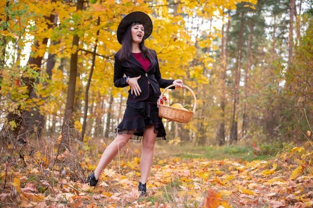 Czarownica w jesiennym lesie halloween cosplay halloween jesienne święto