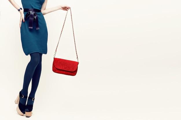 Czarująca dama w modnych akcesoriach vintage. połączenie zieleni i czerwieni w odzieży