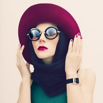 Czarująca dama w trendzie vintage kapelusz i okulary przeciwsłoneczne. portret mody