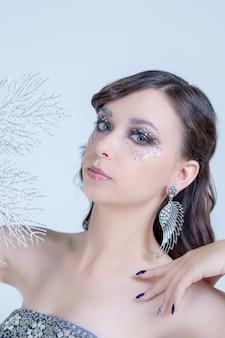 Czarująca kobieta oczy z pięknym wielokolorowym makijażem smokey eyes. nowoczesna moda makijaż. piękna kobieta z wieczorowy makijaż i fryzurę w salonie. dymiące oczy. dziewczyna z idealną skórą. przestrzeń kosmiczna