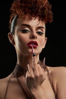 Czarująca kobieta ubrana w modny makijaż i paznokci