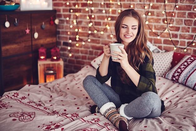 Czas bożego narodzenia przy kawie w sypialni