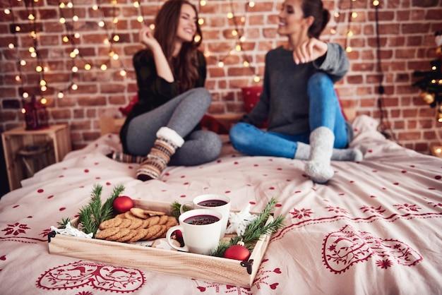 Czas bożego narodzenia z grzanym winem i ciasteczkami w sypialni