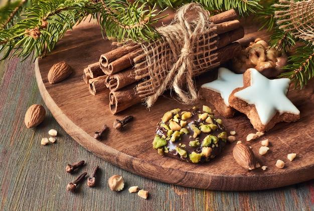 Czas bożego narodzenia z różnymi ciasteczkami z orzechami i przyprawami