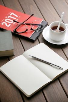 Czas czarnej herbaty notatnik biurko kalendarza pulpitu