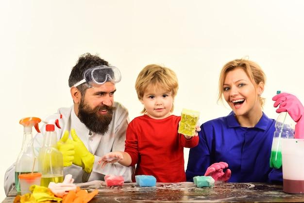 Czas czyszczenia czyszczenie spray dezynfekcja mydło do czyszczenia domu rodzina czyste razem zabawa