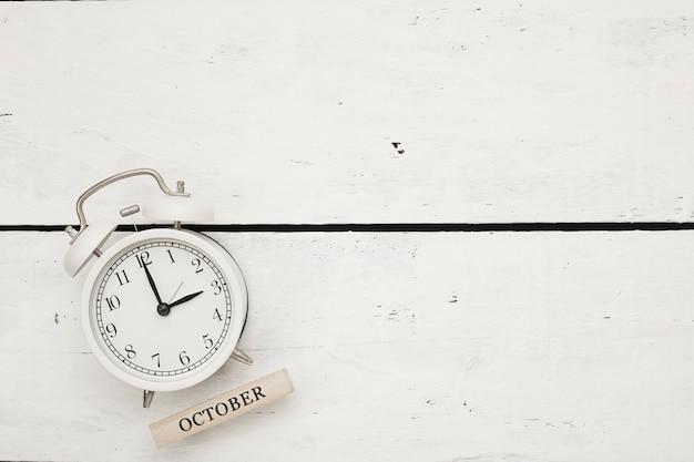 Czas letni, biały retro budzik