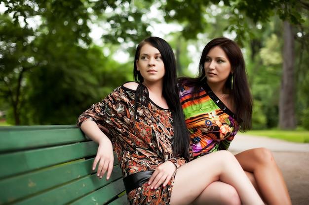 Czas letni dwie młode kobiety.