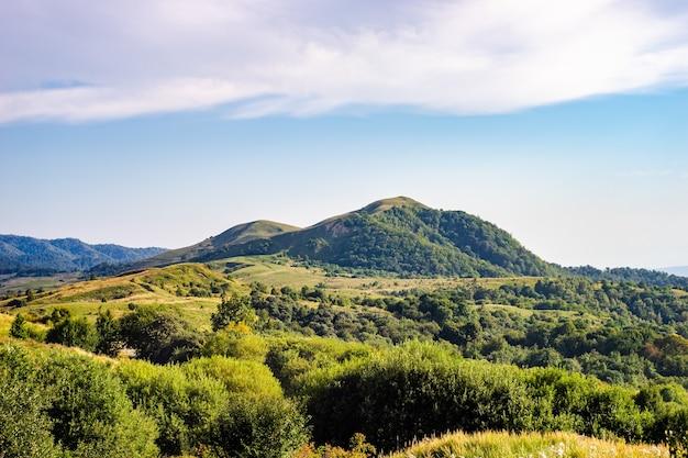 Czas letni na szczycie gombori jako krajobraz podróżniczy