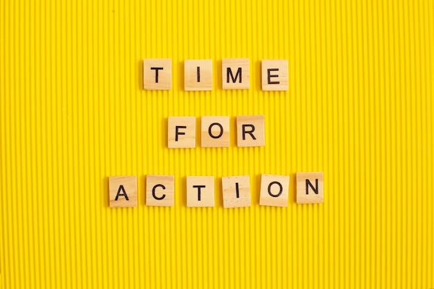 Czas na działanie z drewnianych klocków z koncepcją napisów
