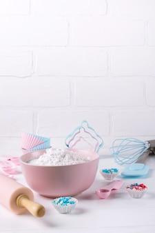 Czas na gotowanie. narzędzia do pieczenia na białym tle. koncepcja tło książki przepis.