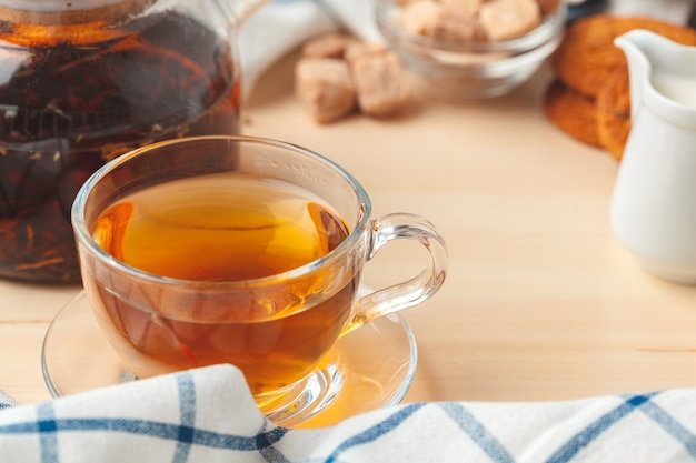 Czas na herbatę. filiżanka herbaty na pięknie zdobionym stole