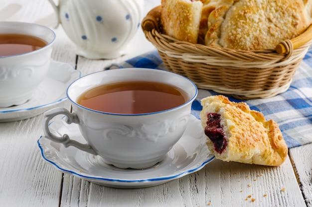 Czas na herbatę przy drewnianym stole w pomieszczeniu