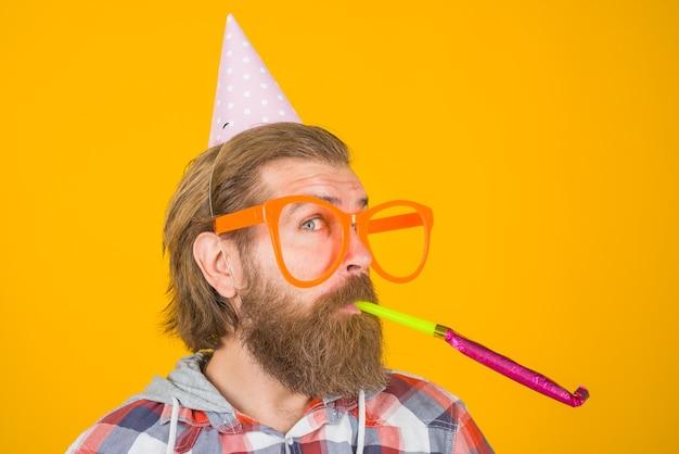 Czas na imprezę. mężczyzna na imprezie. wakacje. koncepcja uroczystości. czas na imprezę. święta i uroczystości. mężczyzna w dużych okularach. kostium imprezowy.