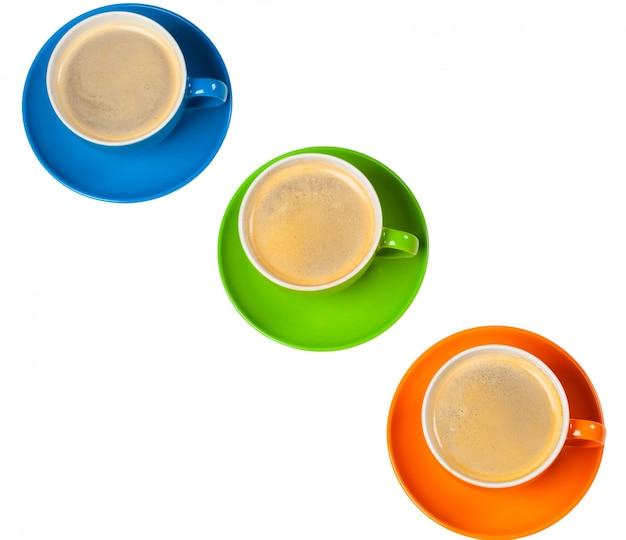 Czas na kawę. jasna kolorowa kompozycja filiżanek kawy