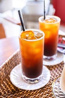 Czas na kawę z przyjaciółmi, filiżanki drinka w kawiarni
