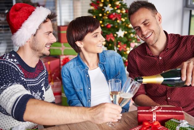 Czas na kolejny toast w dobrym towarzystwie