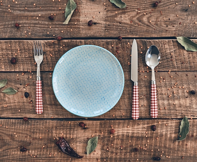 Czas na obiad! ujęcie pod dużym kątem pustego talerza, widelca, łyżki, noża