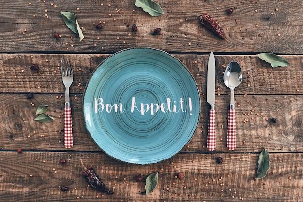 Czas na obiad. ujęcie pod dużym kątem pustego talerza, widelca, łyżki, noża