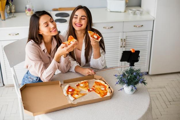 Czas na pizzę pod dużym kątem z kobietami