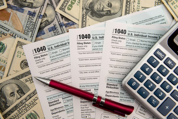 Czas na podatki kwiecień 1040 koncepcja finansowa pieniędzy