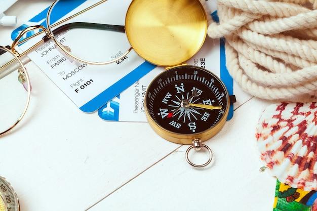 Czas na podróż. pomysł na turystykę z biletami i kompasem.