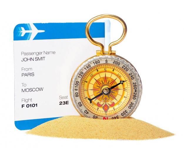 Czas na podróż. pomysł na turystykę z odizolowanym biletem i kompasem