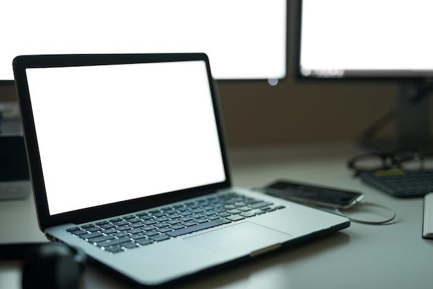Czas na pracę z bliska pustego białego ekranu laptopa na nowoczesnej przestrzeni roboczej freelance