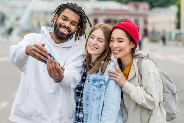 Czas na selfie z przyjaciółmi