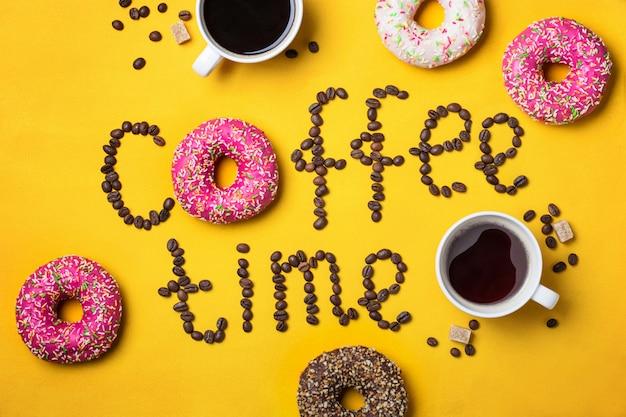 Czas na tekst kawy z ziaren kawy i pączków