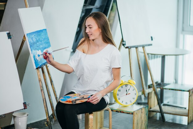 Czas na tworzenie. młoda kobieta pozuje angażować w rysunku