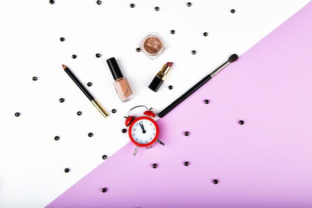 Czas na zakupy dla kobiet. akcesoria koszowe i damskie. akcesoria damskie na różowym pastelowym kosmosie. pojęcie piękna i mody. widok z góry, płaski minimalizm. leżał płasko
