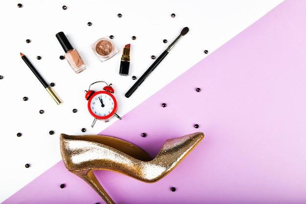 Czas na zakupy dla kobiet. akcesoria koszowe i damskie. akcesoria damskie, na różowym tle pastelowym. pojęcie piękna i mody. widok z góry, płaski minimalizm. leżał płasko