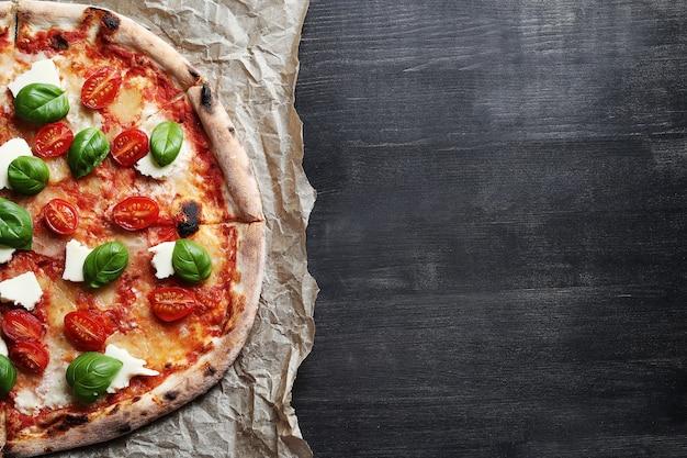 Czas pizzy! smaczna domowa tradycyjna pizza, włoski przepis