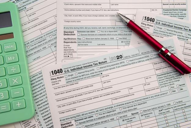 Czas podatkowy 2021 - plik 1040 pióro wieczne i kalkulator, dokumenty