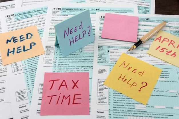 Czas podatkowy na naklejce z kalkulatorem na formularzu podatkowym. dokument finansowy