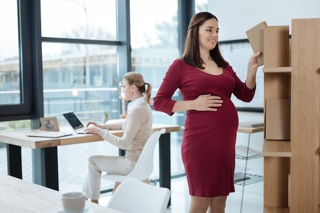 Czas pracy. młodzi sumienni koledzy pracujący w biurze wyrażający zachwyt i zainteresowanie