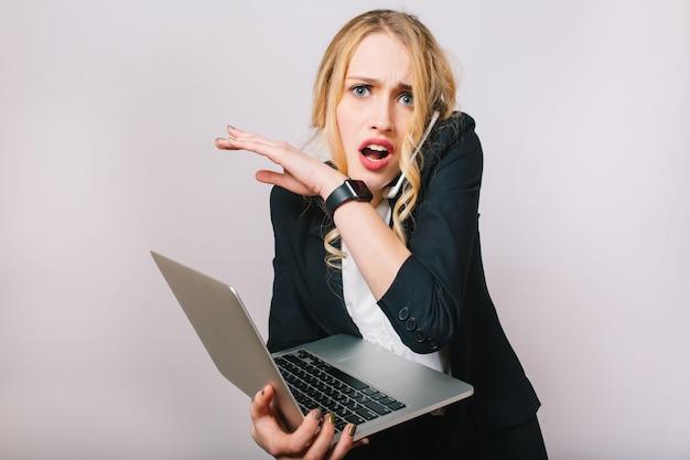 Czas pracy w biurze zajęty młody bizneswoman w formalnym garniturze z laptopem rozmawia przez telefon. zdenerwowany, zdumiony, spóźnienie, spotkania, praca, zawód, sekretarka