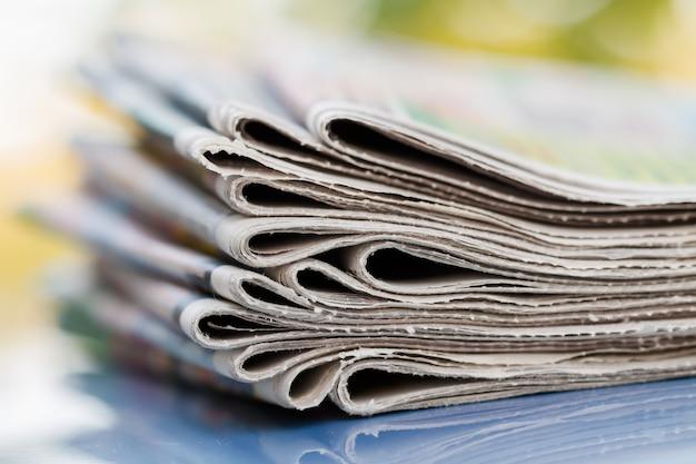 Czas przeczytać koncepcję. gazety złożone i ułożone w stosy