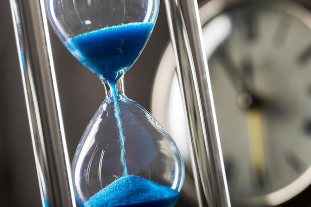 Czas przemija. niebieska klepsydra z bliska