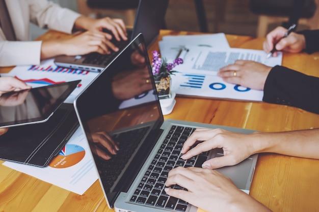 Czas spotkań ludzi biznesu. praca z nowym projektem startowym. prezentacja pomysłów, analiza