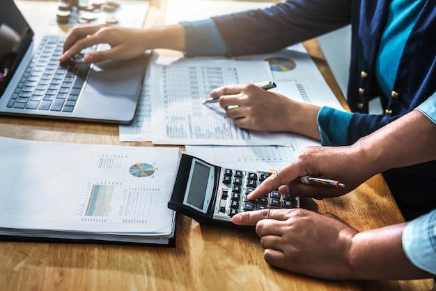 Czas spotkania interesu. menedżerowie księgowi pracujący z nowym projektem startowym. za pomocą kalkulatora i laptopa w biurze