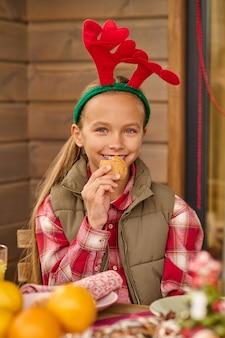 Czas świąt. słodka dziewczyna w rogatym kapeluszu wygląda na zadowoloną
