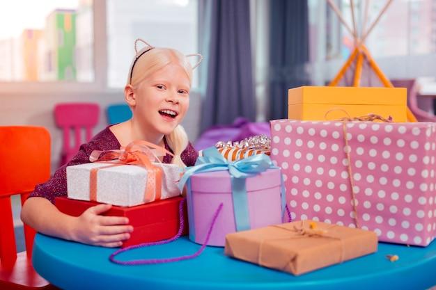 Czas świętować. uroczy dzieciak wyrażający pozytywne nastawienie