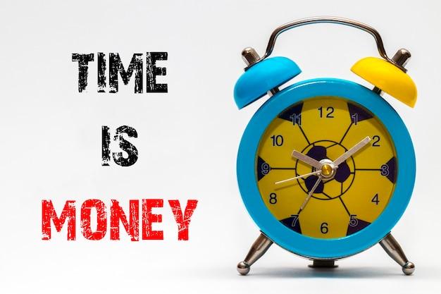 Czas to pieniądz na białym tle. budzik retro.