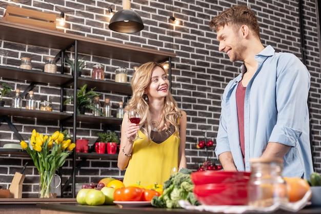 Czas w domu. świeżo poślubiona młoda kochająca para śmiejąca się, spędzająca szczęśliwy czas w domu