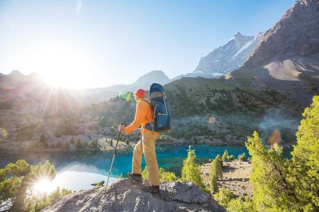 Czas wędrówki. mężczyzna piesze wycieczki w pięknych górach fann w pamir, tadżykistan. azja centralna.