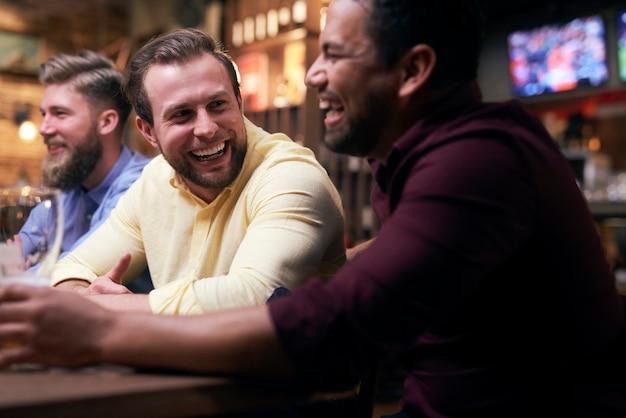 Czas wolny z przyjaciółmi w pubie