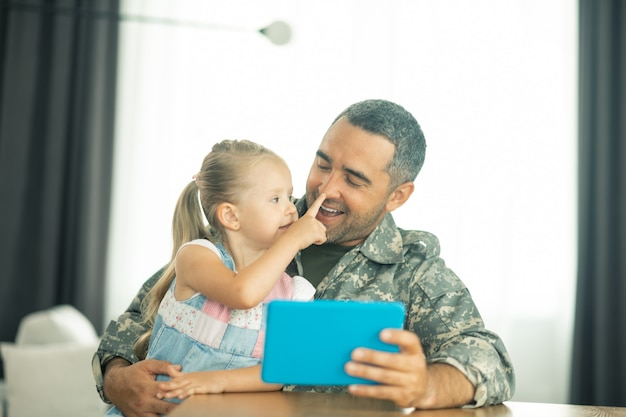 Czas z córką. członek sił zbrojnych zadowolony z powrotu do domu i spędzania czasu z córką