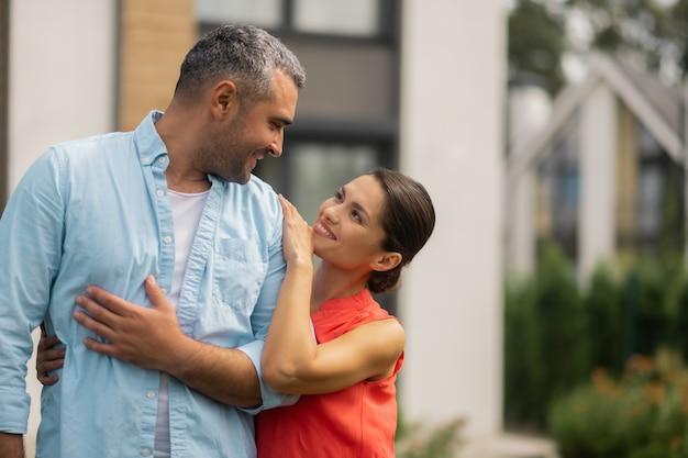 Czas z mężem. rozpromieniona urocza żona czuje się niesamowicie spędzając czas z mężem?